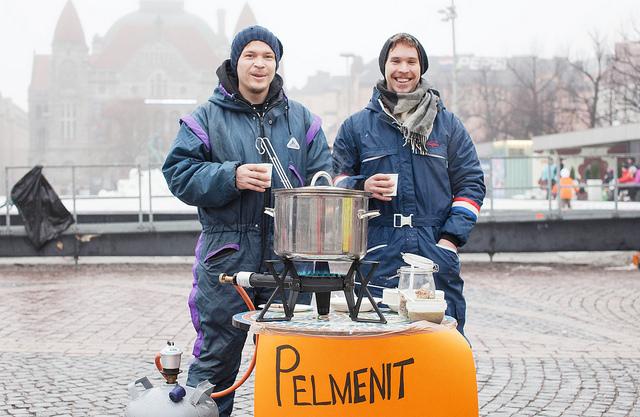 Dick in Schneeanzüge verpackt und heiße Suppe im Topf, so trotzen diese beiden Hobbyköche der finnischen Kälte.