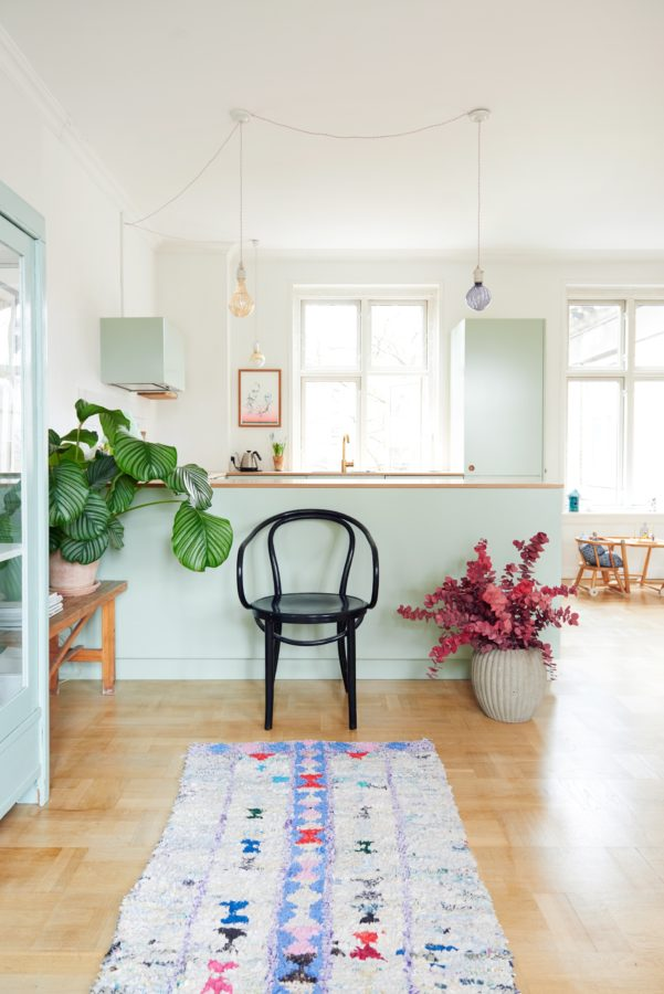 Bitte Platz nehmen: Die offene Küche ist Treffpunkt der Familie.