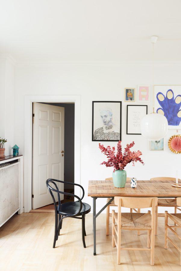 Der helle, offene Wohnraum bietet viel Platz für Gäste.