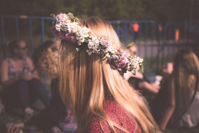 Selbst gepflückte Blumen werden zu einem Kranz geflochten, der meistens nach den ersten Schnäpsen schon etwas schiefer hängt.