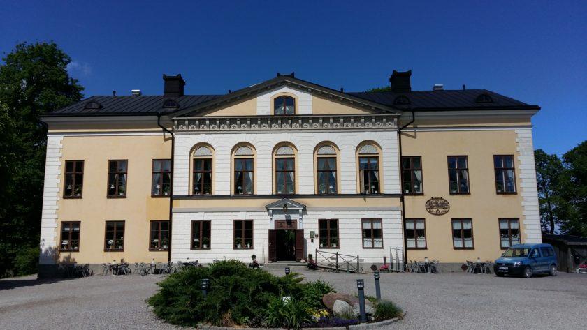 """Das Taxinge Schloss ist eine beliebte Filmkulisse für die Inga Lindströms Folge """"Der Weg zu Dir"""", für Ingmar Bergmanns """"Fanny und Alexander"""" und die schwedische Backsendung """"Hela Sverige bakar""""."""