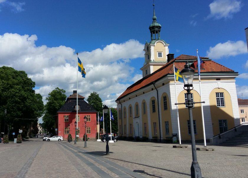 Der Rathausplatz von Nyköping, ein beliebter Drehort für Marktszenen und Cabriofahrten.