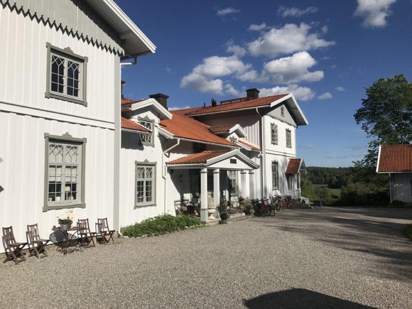 Liebevoll haben Malin und Niklas Hellsing das alte Gutshaus in Ålberga restauriert. Nun begürßen sie ihre Gäste in der Wreta Gestgifveri mit Restaurant und Hotelzimmern.