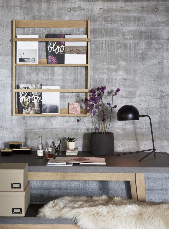 Das dänische Holzregal (von Hubsch Interior) ersetzt gleich eine ganze Bilderwand, indem man dekorative Bücher oder Magazine hineinstellt. Das sieht toll aus und inspiriert beim Arbeiten.