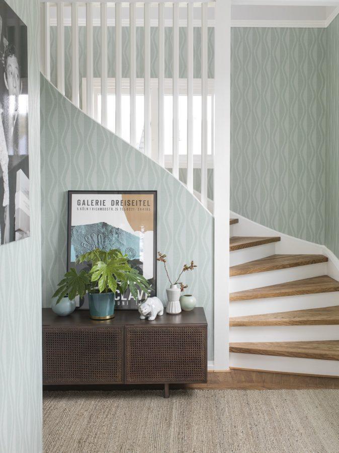 Die Galerie im kleinen Flur passt farblich sogar zur Tapete (Eco Reflections Jolene von Engblad)