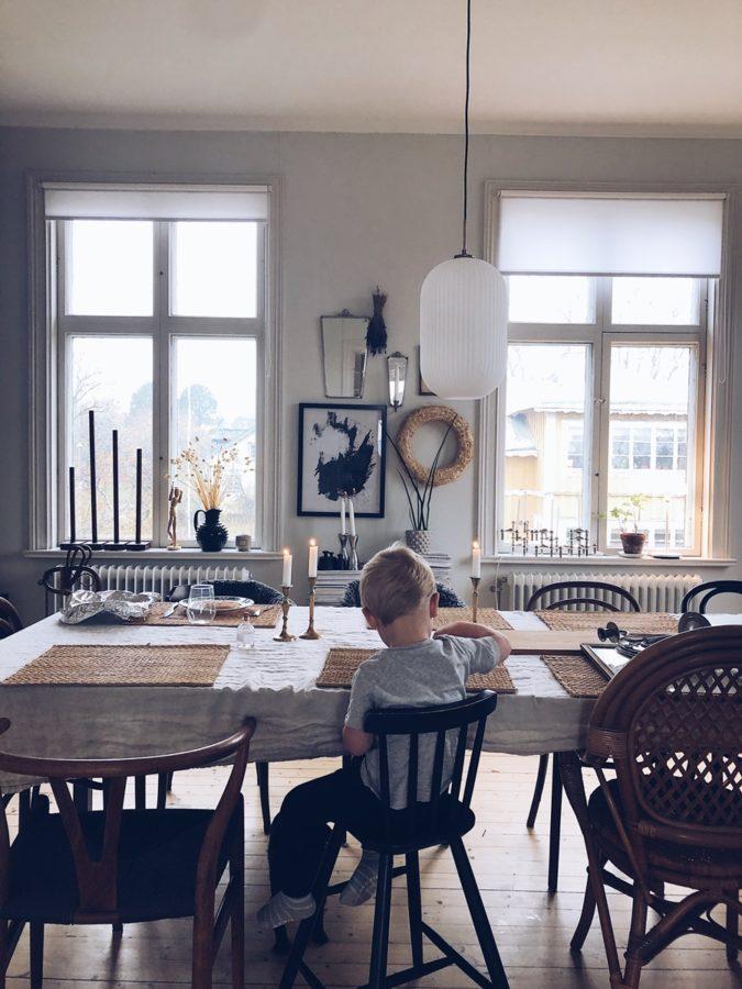 Kind am Tisch