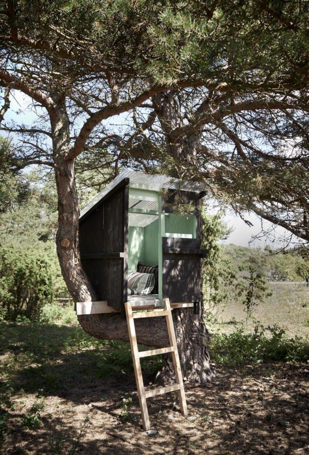 Und wer keine Lust hat, in Haus oder Hof zu sein -auf den wartet ein gemütliches, kleines Baumhaus im Garten, mit herrlicher Sicht.