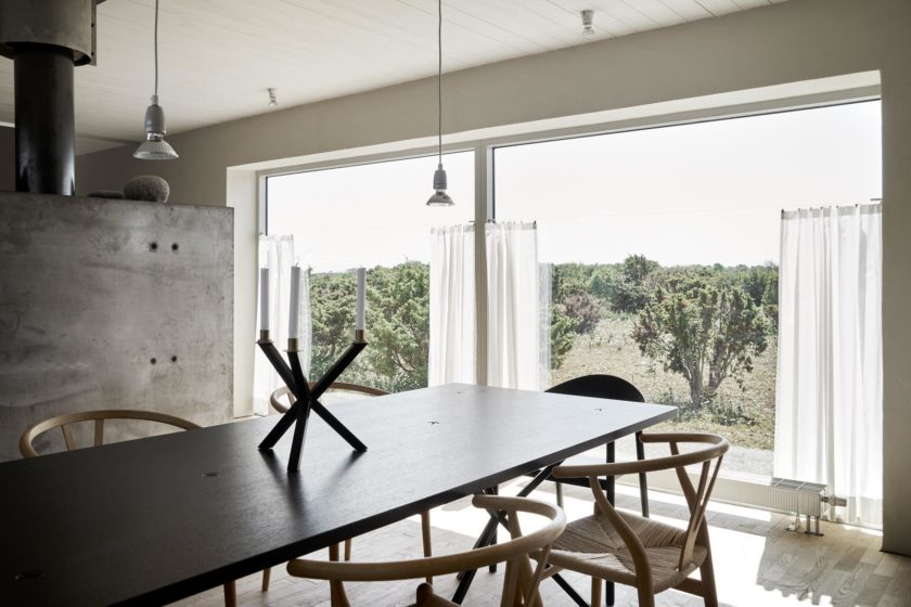 Vor den Fenstern des Esstzimmers, breitet sich die wilde Natur Gotlands aus.