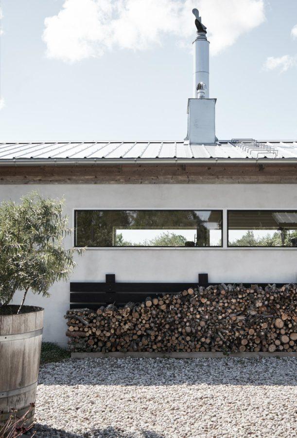 Damit es drinnen gemütlich warm wird, lagert draußen das Brennholz.