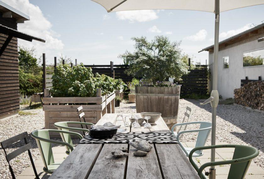 Windgeschützt und sonnig warm: Der große Innenhof ist nicht nur Gärtnerplatz für Hochbeete, sondern auch fantastischer Sitzplatz.