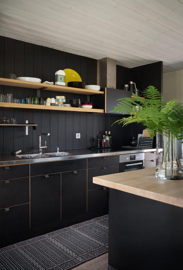 Cool: Schwarze Wände, schwarze Fronten in der Küche.