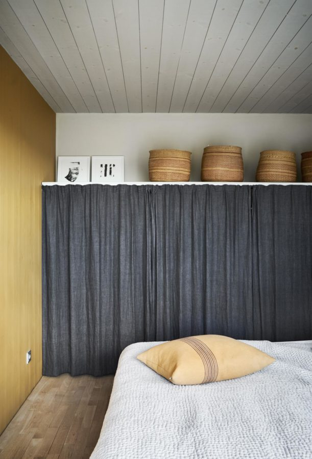 Vorhang statt Schrank im Schlafzimmer.